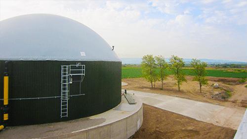 Dieses Doppelmembrandach wird häufig in der Biogasindustrie verwendet und eignet sich hervorragend als Abdeckung für Silos, in denen nachhaltige Energie erzeugt oder gespeichert wird. Klicken Sie hier für weitere Informationen über das Produkt Flexxodomer.